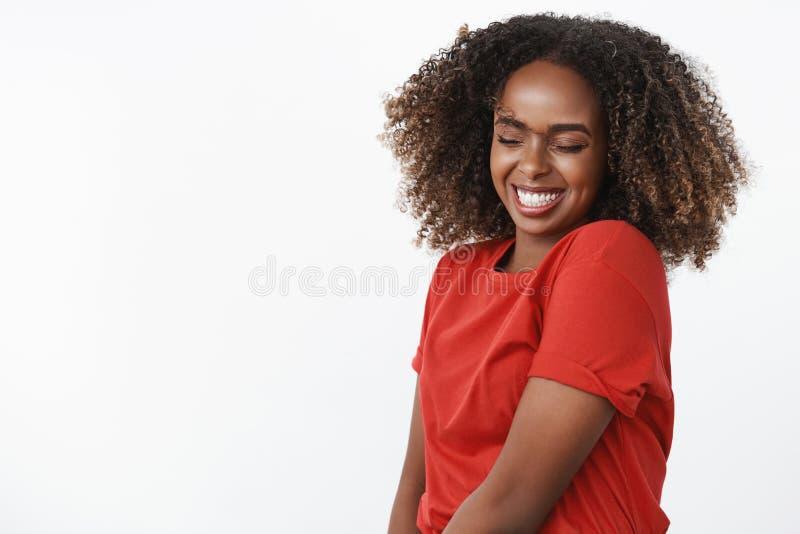象观看的没人的舞蹈 无忧无虑和傻的愉快的美丽和恳切的afrian美国年轻女人画象  免版税库存照片