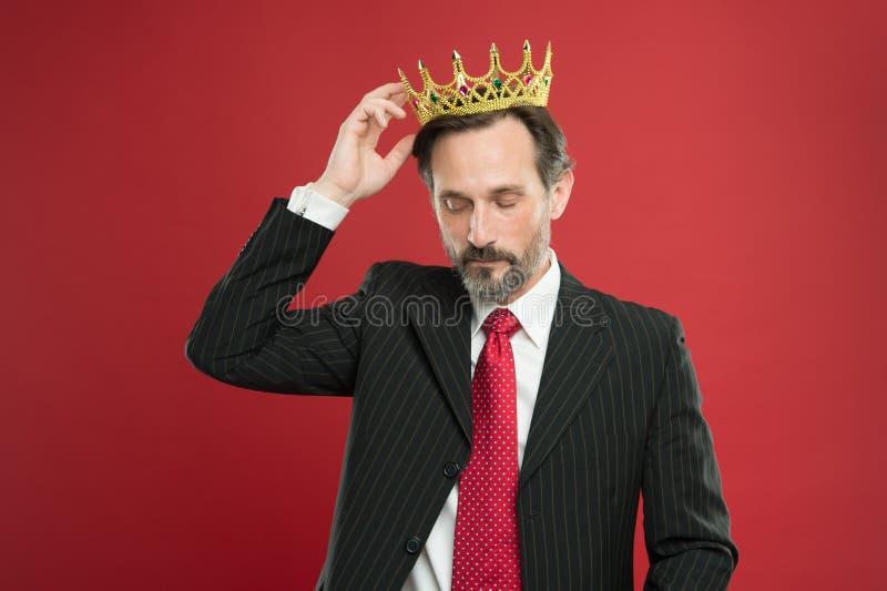 象高级领导的居住的生活 在红色背景的高级领导佩带的首饰冠 有君主的强有力的高级领导 库存图片