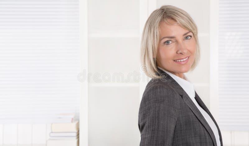 画象:美好的中部年迈的被隔绝的女实业家 库存照片
