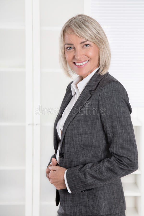 画象:美好的中部年迈的被隔绝的女实业家 库存图片