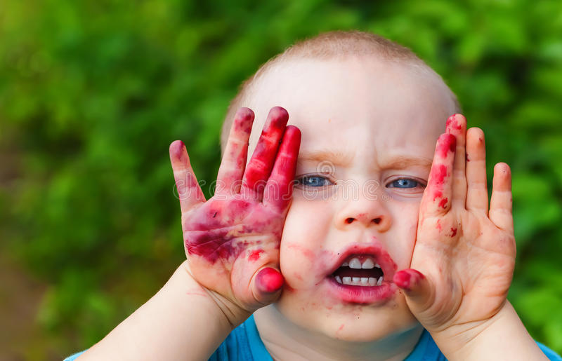 画象婴孩面孔肮脏从蓝莓 免版税库存图片