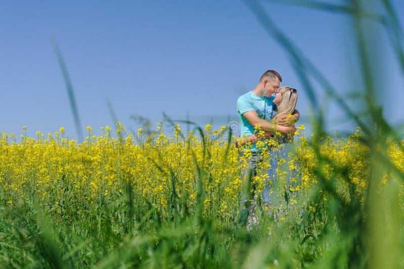 画象年轻美好夫妇亲吻 免版税图库摄影