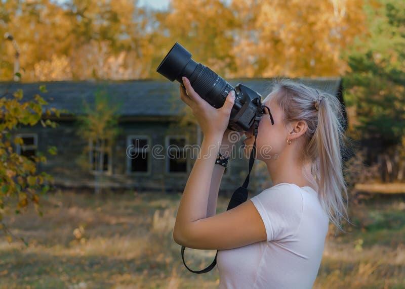 Download 画象年轻迷人的妇女照相机微笑的backgroynd秋天公园 库存图片 - 图片 包括有 迷住, 华美: 62528373