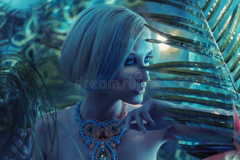 画象og一个肉欲的金发碧眼的女人在热带 图库摄影