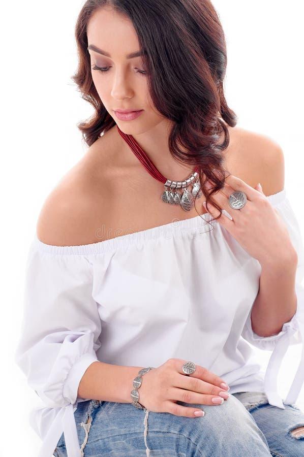 豪华、首饰和时尚概念 长的棕色头发模型与 库存照片