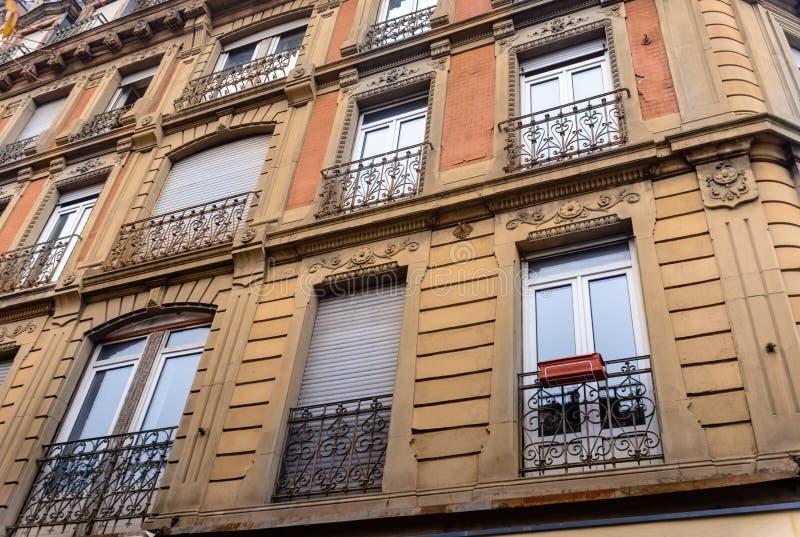 豪华不高住宅公寓低角度建筑外视图在都市城市环境里与阳台 库存照片