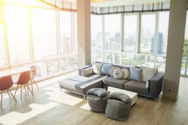 豪华与海洋和城市的现代时髦设计和看法的顶楼房屋房地产 图库摄影