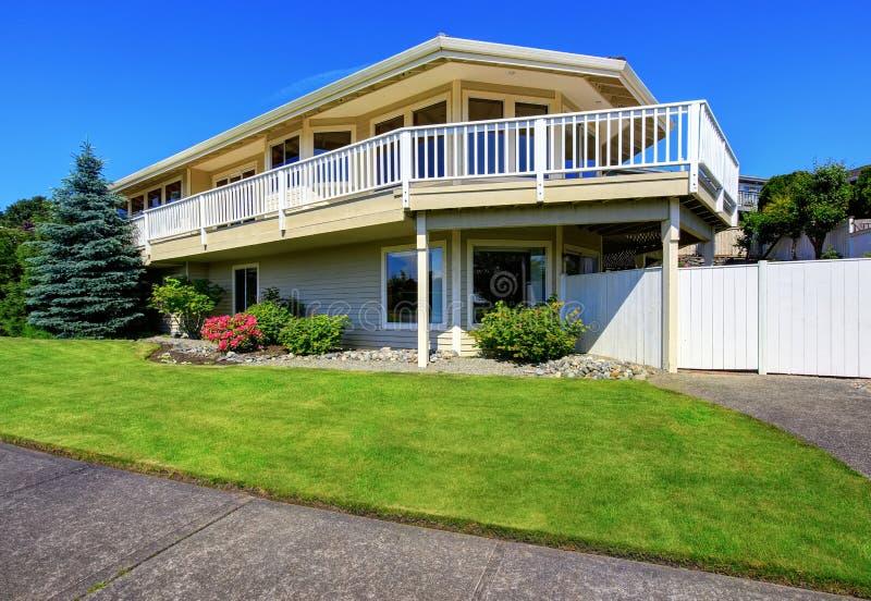 豪华两层的房子外部与大阳台 免版税图库摄影
