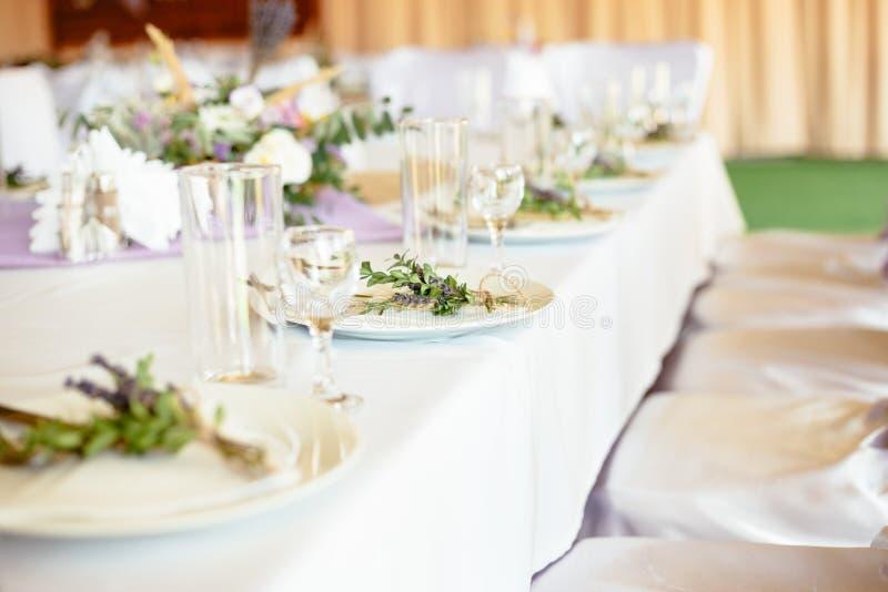 豪华为客人的婚姻的dinning的桌服务 免版税图库摄影