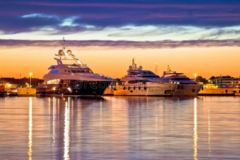 豪华乘快艇港口在金黄小时视图 免版税库存照片