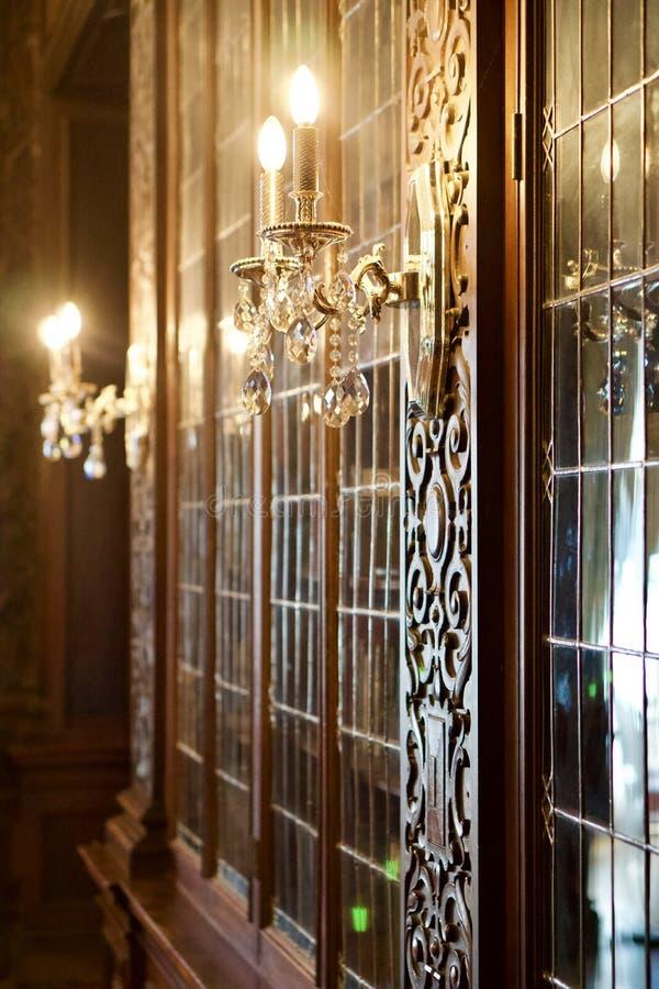 豪华书架门和装饰的蜡烛 免版税库存照片