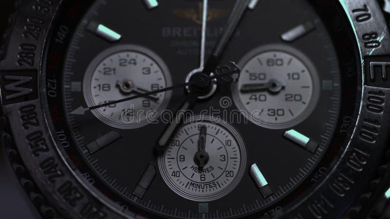 豪华人` s手表特写镜头视图  豪华手表的细节在黑背景的 选择聚焦,浅深度  库存照片