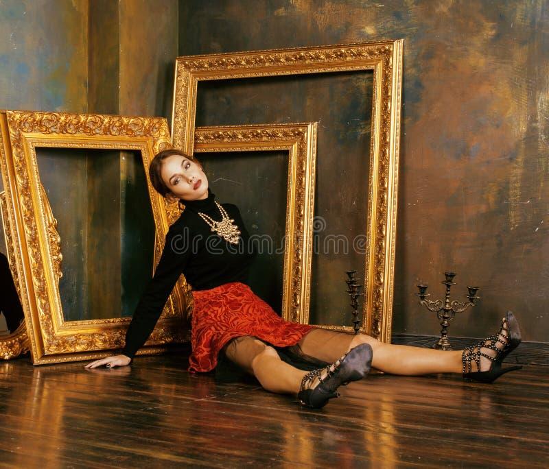 豪华内部近的空的框架的秀丽富有的深色的妇女,葡萄酒高雅拉美裔,单独家 免版税库存图片