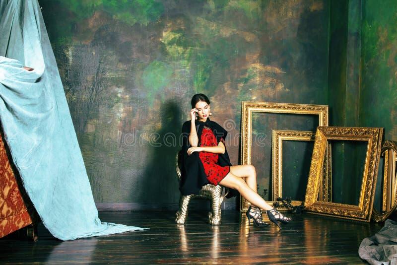豪华内部近的空的框架的秀丽富有的深色的妇女, 库存照片