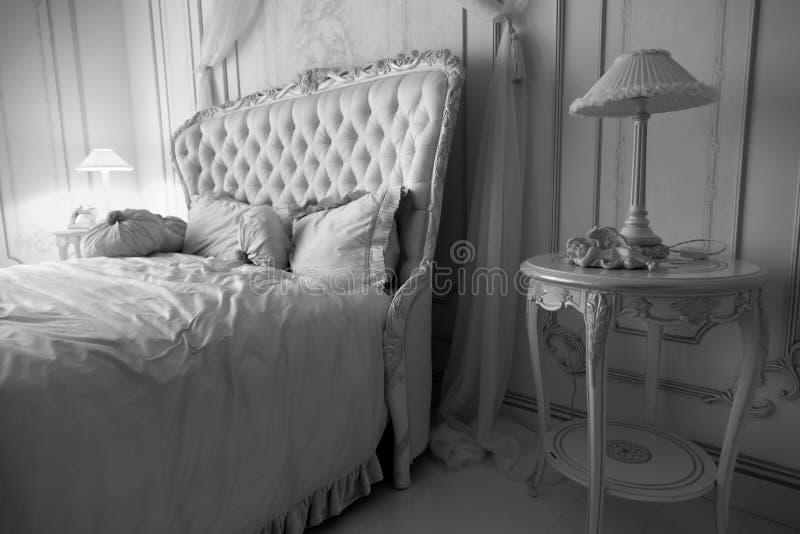 豪华卧室内部黑白射击在旅馆 免版税图库摄影