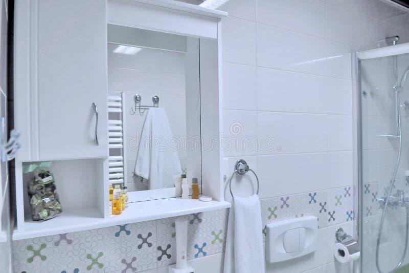 豪华卫生间内部有阵雨的 小现代白色ba 库存照片