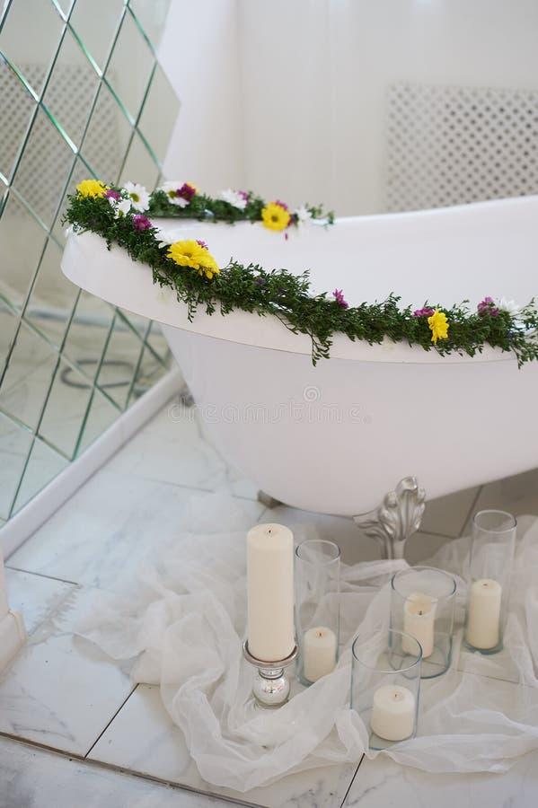 豪华卫生间用花和蜡烛装饰 使用一个大镜子 库存照片