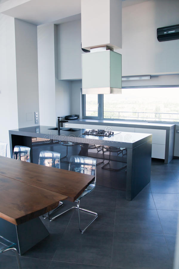 豪华厨房在一个大房子里 图库摄影