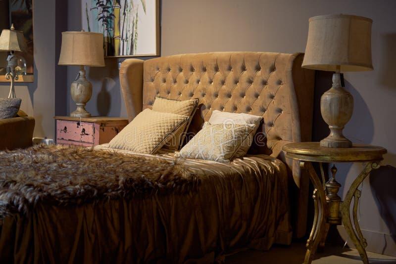 豪华和富有的旅馆客房 迷人,典雅的巴洛克式的梦想卧室设计内部 布朗,米黄颜色,没人 免版税库存图片