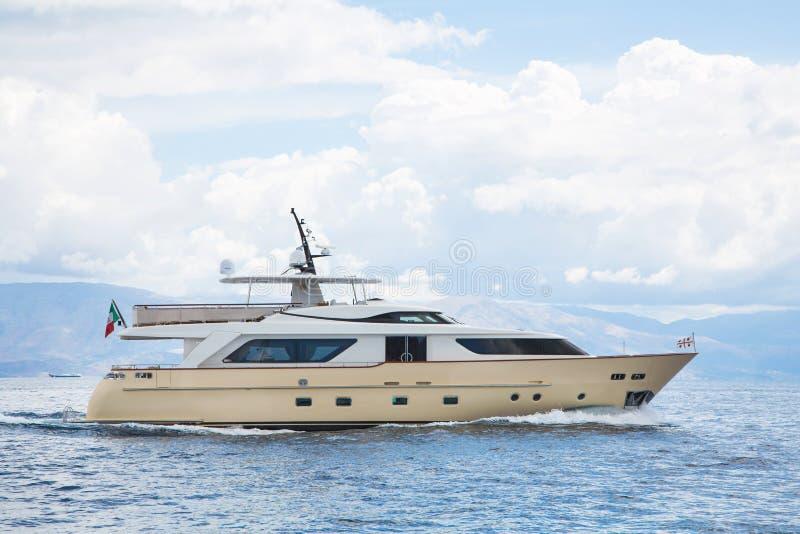 豪华和昂贵的马达游艇在海或蓝色海洋 免版税库存图片