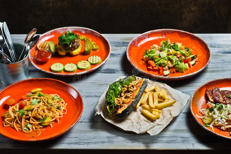 豪华地中海快餐自助餐  热狗、烤肉排骨、牛排、Carbonara浆糊和螃蟹沙拉 免版税库存照片