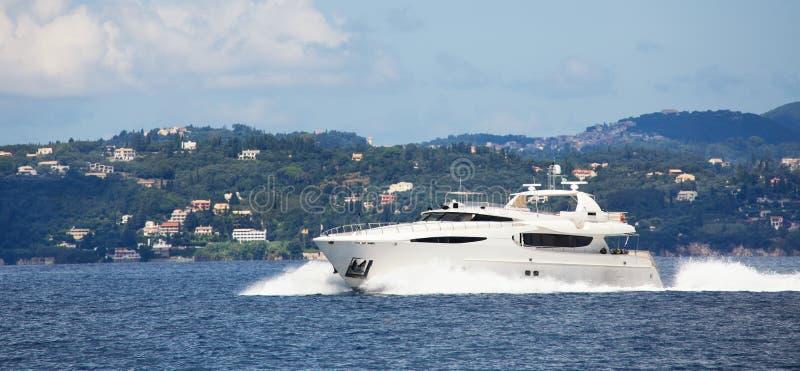豪华大汽艇或马达游艇在海 免版税库存图片