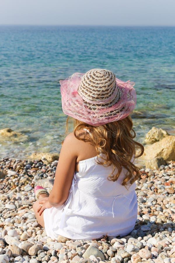 豪华夫人享用在海滩 图库摄影