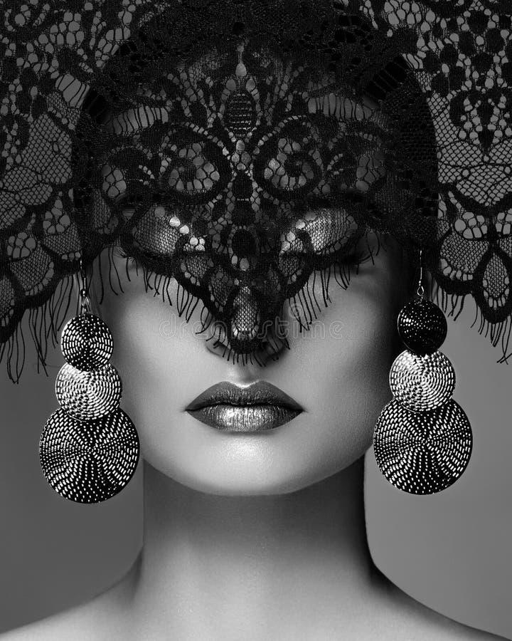 豪华妇女与庆祝时尚构成,银色耳环,鞋带面纱 万圣夜或圣诞节样式 黑色白色 库存照片