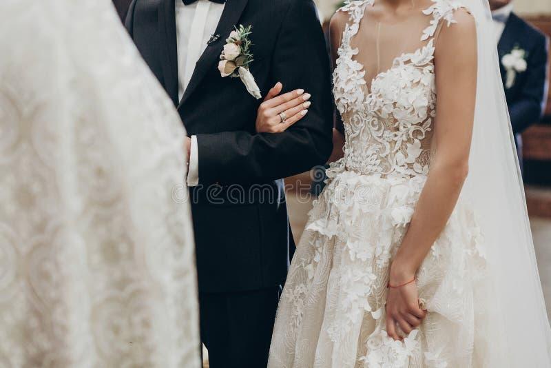 豪华婚礼夫妇拥抱,握手在传统期间 免版税图库摄影