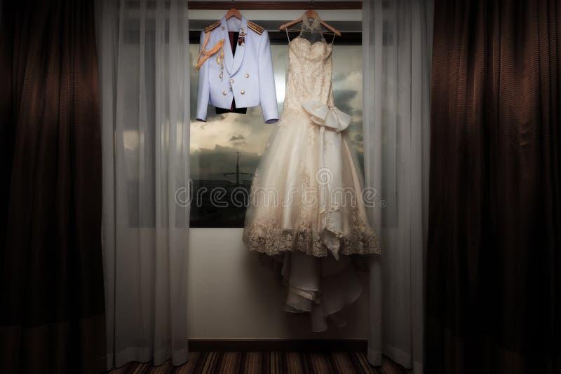 豪华婚礼白色礼服和军事权威一致垂悬 库存图片