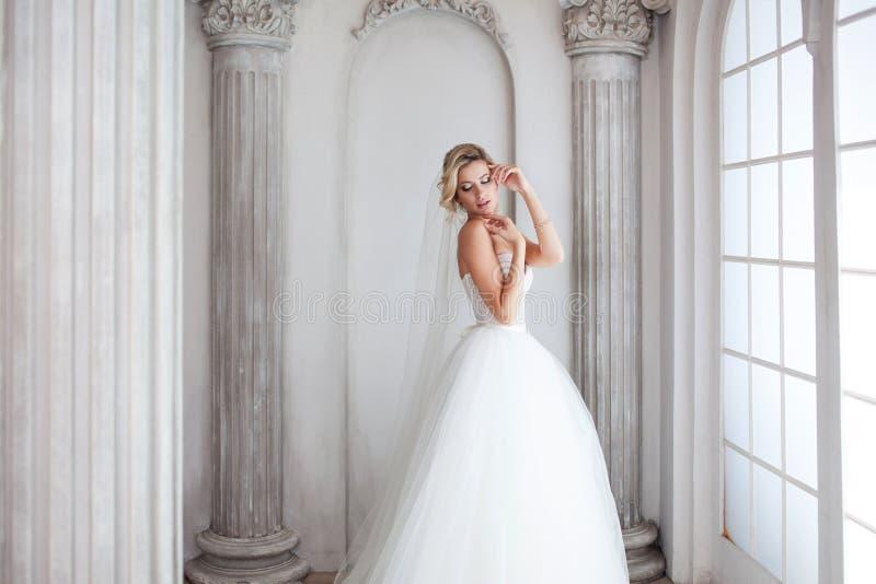 豪华婚礼礼服的迷人的年轻新娘 俏丽的女孩,照片演播室 库存图片