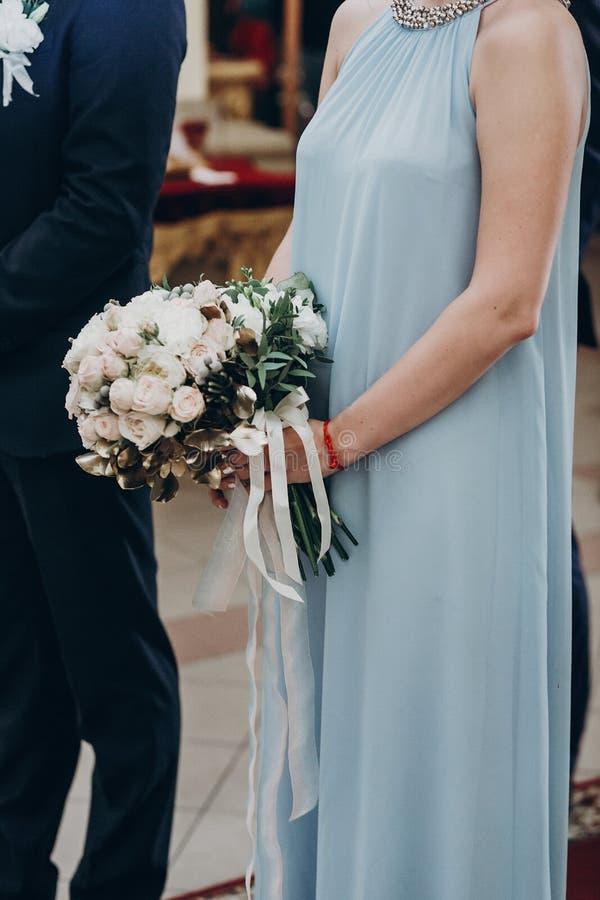 豪华婚礼花束在女傧相手上,金黄叶子bouque 免版税图库摄影