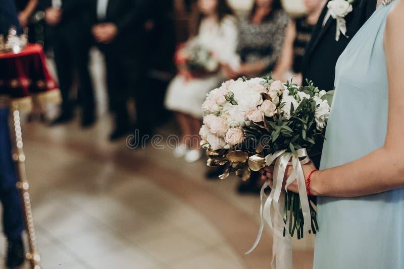 豪华婚礼花束在女傧相手上,金黄叶子bouque 图库摄影