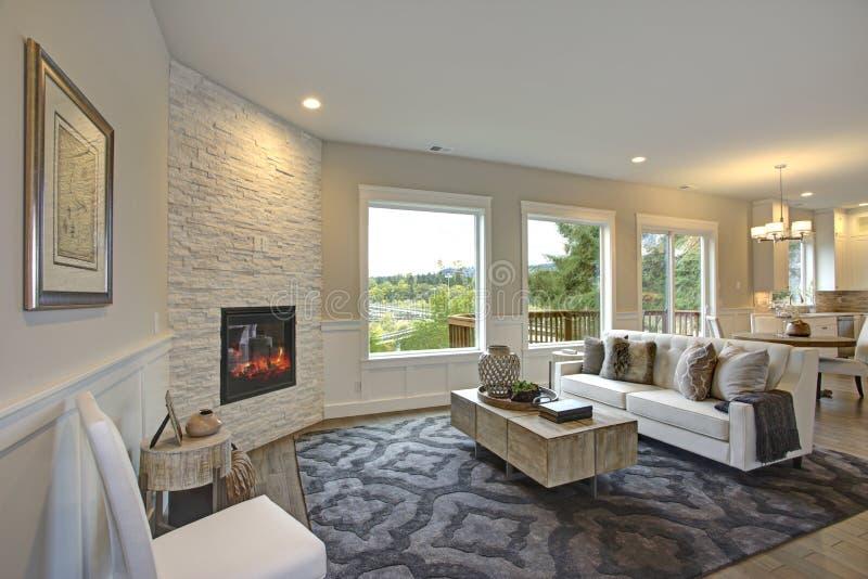 豪华客厅以墙角石壁炉为特色 库存图片
