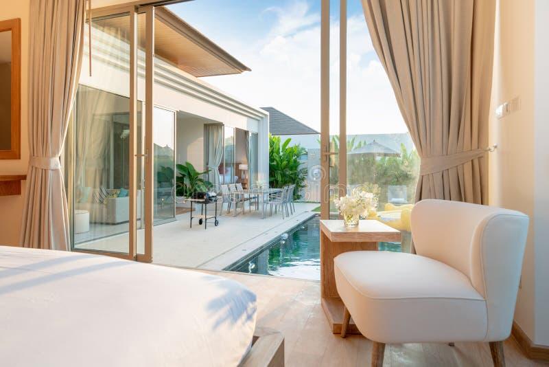 豪华室内设计,美丽的椅子在房子或住宅建设的卧室 免版税库存图片