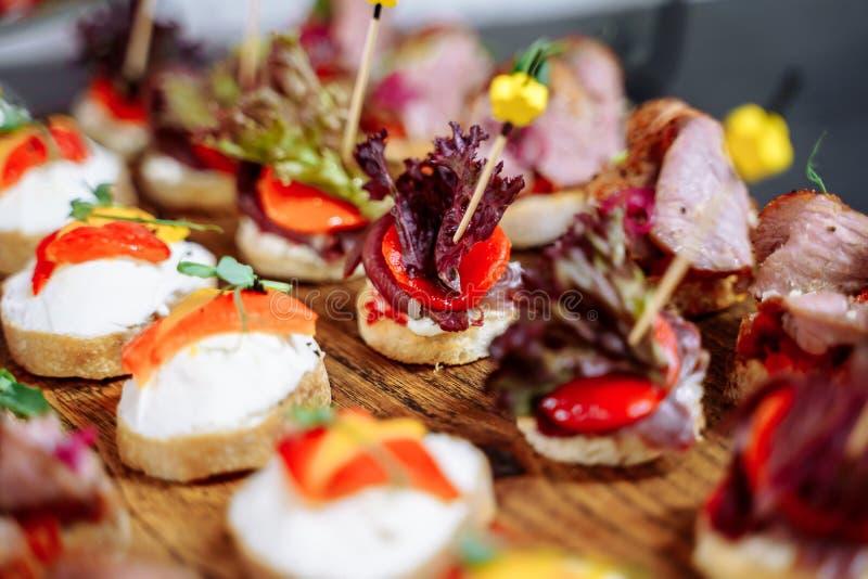 豪华宴会桌设置在餐馆 与快餐的表 库存照片