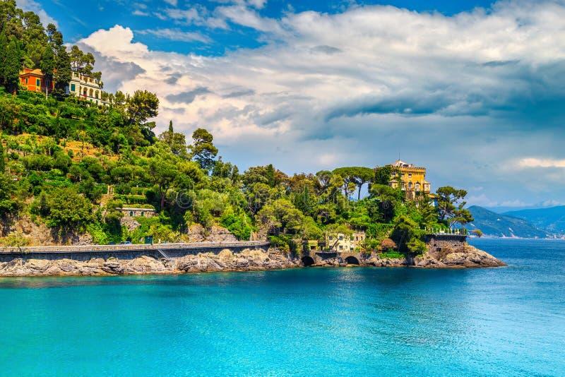 豪华家和壮观的海边在菲诺港手段,利古里亚,意大利附近 免版税库存图片