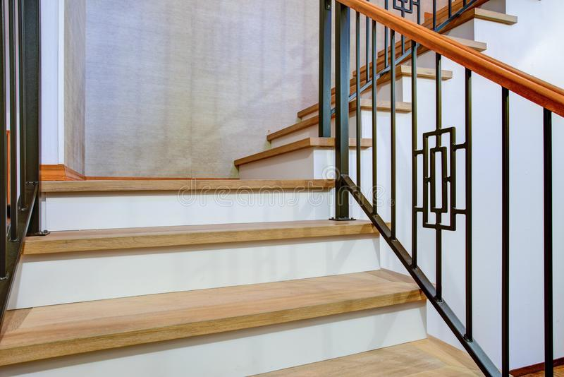 豪华家庭内部有华美的楼梯看法  免版税库存图片