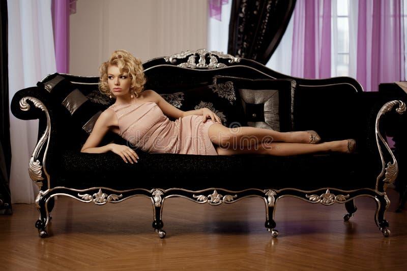 豪华富有的妇女喜欢玛丽莲・梦露 免版税图库摄影