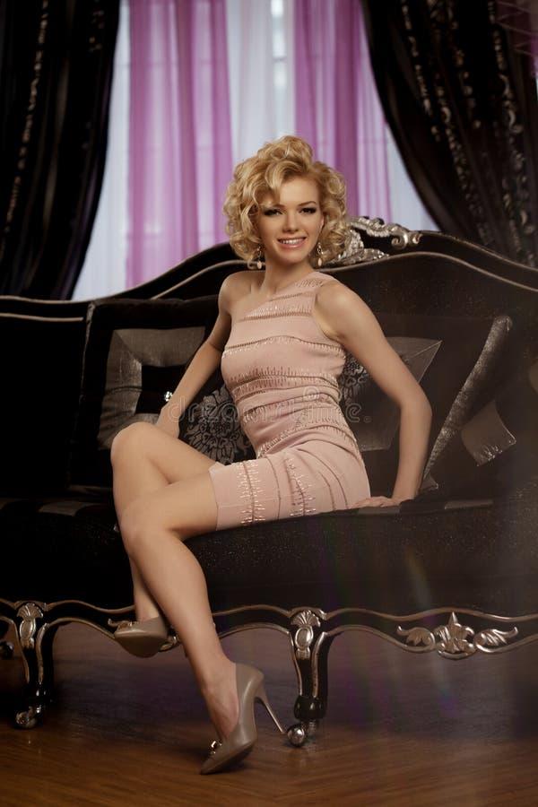豪华富有的妇女喜欢玛丽莲・梦露 库存照片