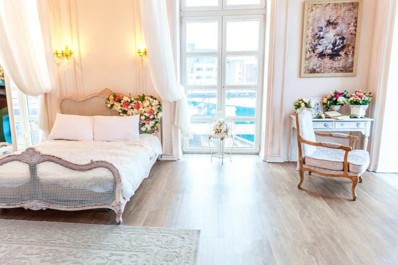 豪华巴洛克式的样式的美丽的白色明亮的干净的内部卧室 库存例证