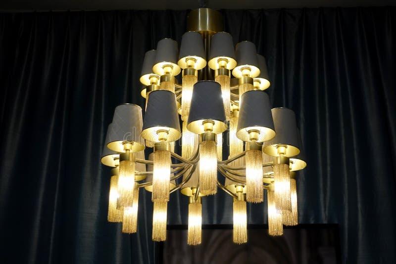 豪华带领了点燃蜡烛枝形吊灯灯 免版税库存照片