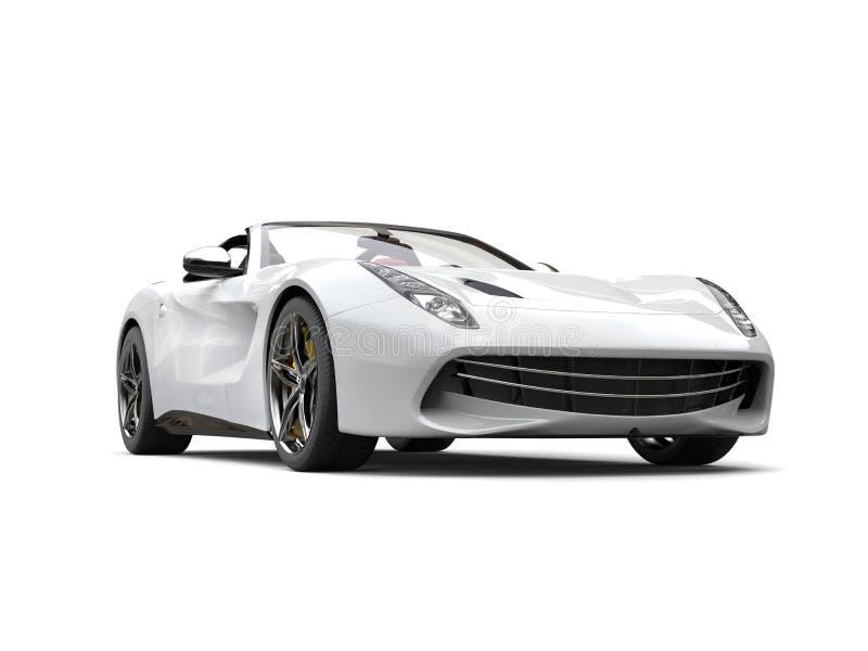 豪华干净的白色体育车的低角度视图 库存例证