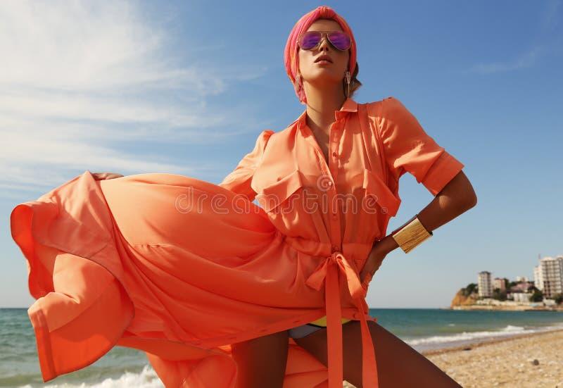 豪华成套装备的华美的性感的妇女,摆在夏天海滩 库存图片