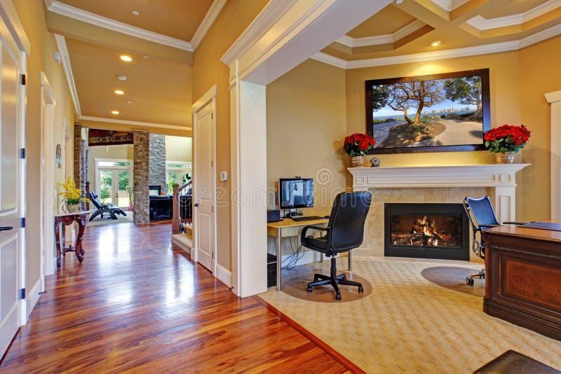 豪华房子内部 走廊和办公室室 库存图片