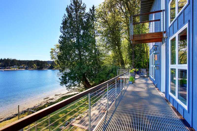 豪华房子大无供给的门廊有湖的看法 免版税库存照片