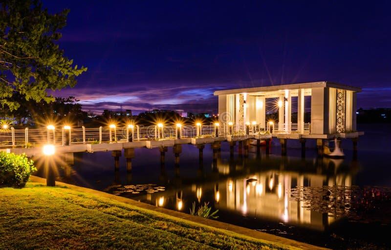 豪华房子有华美的夜海景在温哥华 库存图片