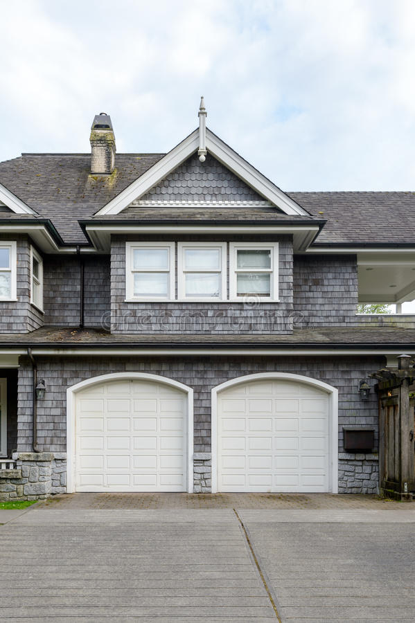 豪华房子的两车灰色车库 库存图片