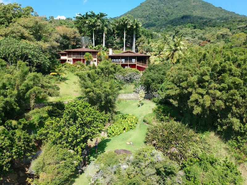 豪华房子鸟瞰图在树包围的热带森林里 免版税图库摄影