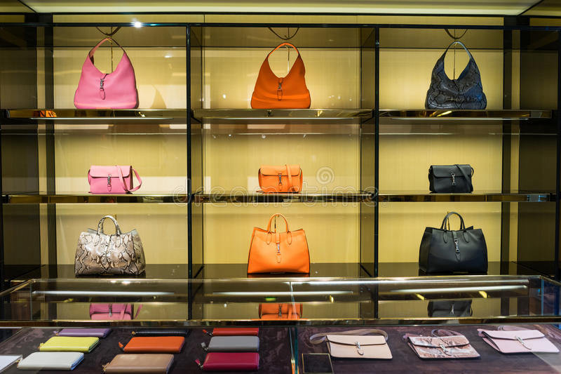豪华提包在商店 免版税图库摄影
